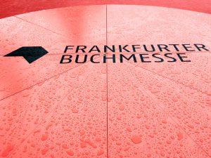 Buchmesse Outdoor Sitzgelegenheit mit Logo und Regentropfen