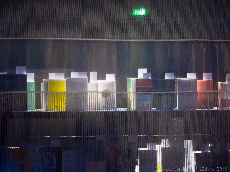Buchmesse Frankfurt 2016 Bücherregal hinter Stoff beleuchtet